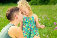 Liebevolles Zeitkonzept der Mutter und der Tochter stockfotografie