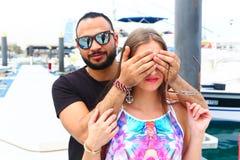 Liebhaber überraschen ihn Mädchen lizenzfreie stockfotos