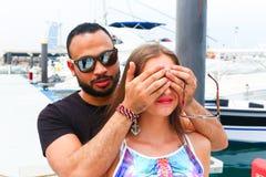 Liebhaber überraschen ihn Mädchen lizenzfreies stockfoto