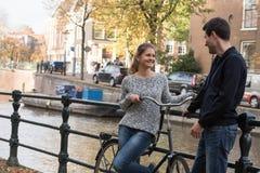 Liebhaber in Amsterdam lizenzfreie stockbilder