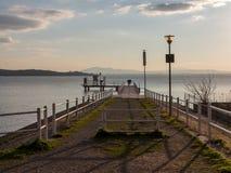 Liebhaber auf dem Pier an der Dämmerung Lizenzfreie Stockfotografie