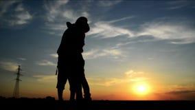 Liebhaber auf einem Datum im Sonnenuntergang, umarmend und küsst Romantische Liebesszene, stock video footage