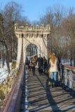 Liebhaber auf einer Brücke lizenzfreie stockfotos