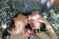 Liebhaber in den Apfelblüten Lizenzfreies Stockfoto