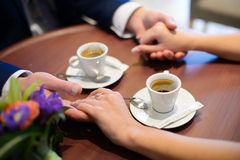 Liebhaber, die Kaffee aus Schalen im Café heraus trinken Lizenzfreie Stockfotos