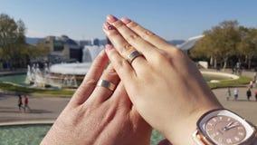 Liebhaber, die zusammen Ringe für Ewigkeit säubern stock footage