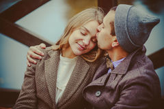 Liebhaber Frau und Mann, die nahe dem See sitzen lizenzfreies stockbild