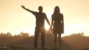 Liebhaber freuen sich Regen bei Sonnenuntergang stock video