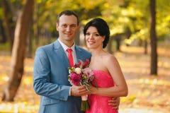 Liebhaber im Park, heiratend Stockbilder