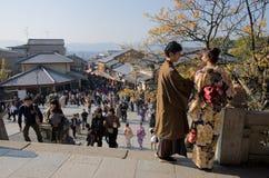 Liebhaber in Kyotos gedr?ngter Mitte, Japan lizenzfreie stockfotos