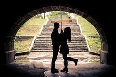 Liebhaber mit Regenschirm an einem regnerischen Tag Stockbilder