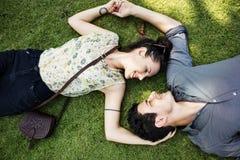 Liebhaber-Paar-Zusammengehörigkeits-Datierungs-Park-Natur-Konzept Lizenzfreie Stockfotografie