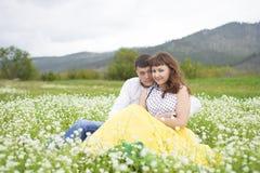 Liebhaber treffen Männer und Frauen auf einem schönen Blumenfeld lizenzfreie stockbilder