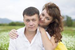 Liebhaber treffen Männer und Frauen auf einem schönen Blumenfeld lizenzfreies stockfoto