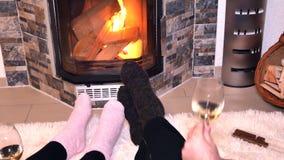 Liebhaber trinken Weißwein vor dem Kamin stock footage