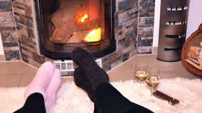 Liebhaber trinken Weißwein vor dem Kamin stock video