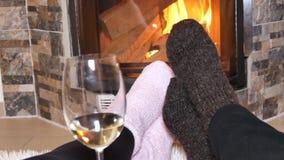 Liebhaber trinken Weißwein vor dem Kamin stock video footage