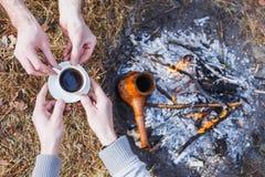 Liebhaber von Männern machen Kaffee auf dem Feuer im Türken stockfotografie