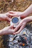 Liebhaber von Männern machen Kaffee auf dem Feuer im Türken stockbild