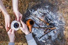 Liebhaber von Männern machen Kaffee auf dem Feuer im Türken lizenzfreies stockfoto