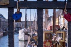 Liebhaber-Vorhängeschlösser werden zusammen auf den Metallgeländern eines b verbunden lizenzfreie stockfotografie