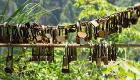 Liebhaber-Vorhängeschlösser in Zhangjiajie, China lizenzfreie stockfotografie