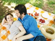 Liebhabercoupé im Freien, ein Picknick habend Stockfotografie