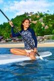 liebhaberei Mädchen, das auf Surfbrett schaufelt Junge Frau auf dem Strand von Formentera-Insel Entspannendes W stockbilder