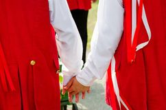 Liebhaberhändchenhalten auf moravian Fest Stockfotografie