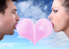 Liebhaberpaare küssen Herz geformten Valentinstag mit Kaugummi Lizenzfreie Stockfotos
