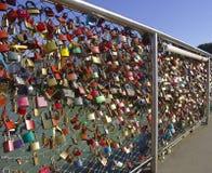 Liebhabervorhängeschlösser auf einem Brückenhandlauf Lizenzfreie Stockfotografie