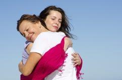 Liebkosung und Umarmungmutter und -tochter lizenzfreie stockbilder
