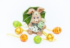 Liebres de Pascua con los huevos Fotos de archivo