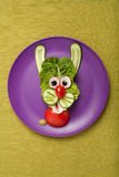 Liebres divertidas hechas de verduras Imagen de archivo libre de regalías