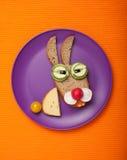 Liebres divertidas hechas del pan y de las verduras Imagen de archivo libre de regalías