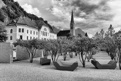 liechtenstein vaduz Gammal byggnad av parlamentet och domkyrka av St-silvermynt v?rt 2 shilling i Vaduz, Liechtenstein royaltyfri foto