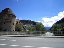 Liechtensteinsk stadssikt av gatan över floden Royaltyfria Bilder