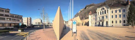 Liechtensteinska medborgarearkiv och regerings- byggnad panorama arkivbilder