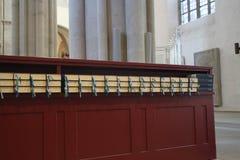 Lied-Bücher in einer Kirche Stockfotos