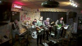 Lied, das Demolierung von letztem Live Music Honky Tonk auf Musik-Reihe protestiert stock video