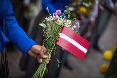 Lied en dansfestival in Letland Optocht in Riga Elementen van ornamenten en bloemen Letland 100 jaar Stock Afbeelding