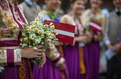 Lied en dansfestival in Letland Optocht in Riga Elementen van ornamenten en bloemen Letland 100 jaar Stock Afbeeldingen