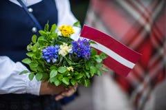 Lied en dansfestival in Letland Optocht in Riga Elementen van ornamenten en bloemen Letland 100 jaar Stock Foto