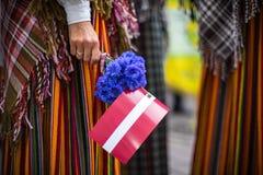 Lied- und Tanzfestival in Lettland Prozession in Riga Elemente von Verzierungen und von Blumen Lettland 100 Jahre Stockfoto