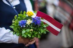 Lied- und Tanzfestival in Lettland Prozession in Riga Elemente von Verzierungen und von Blumen Lettland 100 Jahre Lizenzfreies Stockfoto