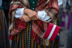 Lied- und Tanzfestival in Lettland Prozession in Riga Elemente von Verzierungen und von Blumen Lettland 100 Jahre Stockbild