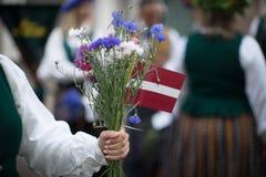 Lied- und Tanzfestival in Lettland Prozession in Riga Elemente von Verzierungen und von Blumen Lettland 100 Jahre Lizenzfreies Stockbild