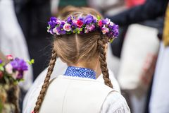 Lied- und Tanzfestival in Lettland Prozession in Riga Elemente von Verzierungen und von Blumen Lettland 100 Jahre Lizenzfreie Stockfotos