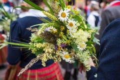 Lied- und Tanzfestival in Lettland Prozession in Riga Elemente von Verzierungen und von Blumen Lettland 100 Jahre Stockbilder
