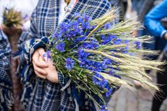 Lied- und Tanzfestival in Lettland Prozession in Riga Elemente von Verzierungen und von Blumen Lettland 100 Jahre Stockfotos
